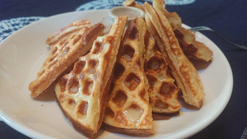 竹塘鄉「一口木子」用飄香米製作米鬆餅,口感鬆脆。記者簡慧珍/攝影