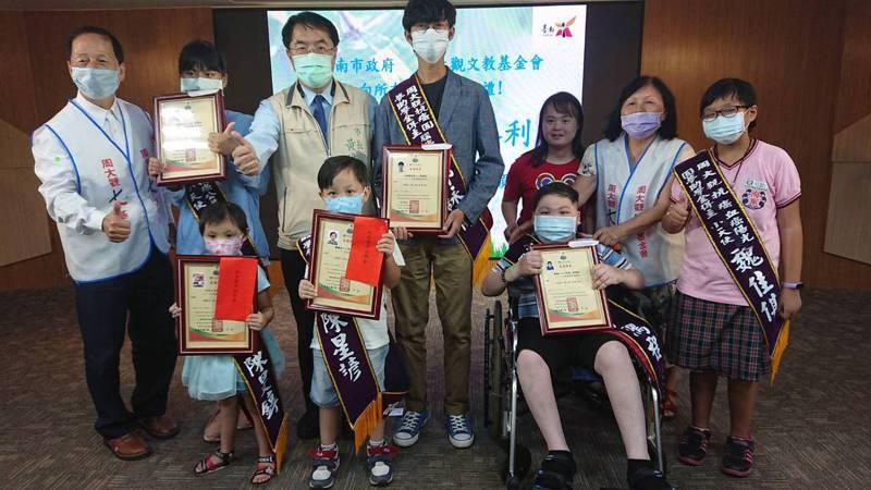 台南市長黃偉哲(後排左三)昨天頒獎表揚獲得周大觀抗癌圓夢助學金的學生。記者鄭惠仁/攝影