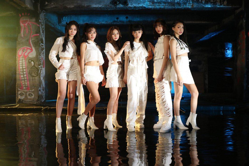 女團「PER6IX」成員李紫嫣(左起)、彭名慧、王加瑄、馬瑋伶、林采婕、申力安。...