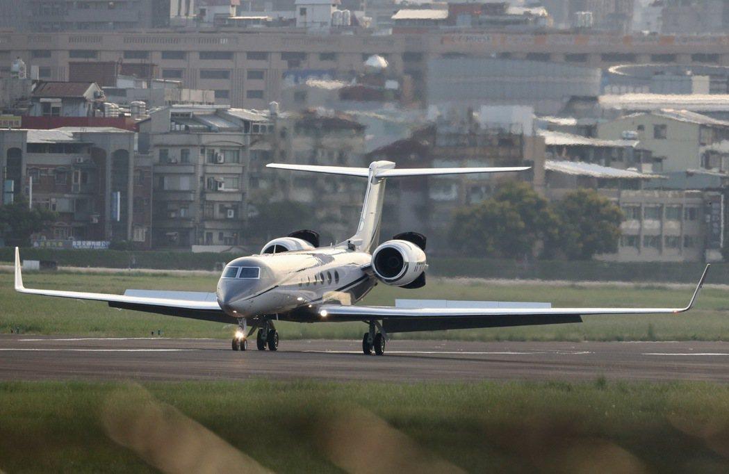 低調專機 美國國務次卿克拉奇昨傍晚搭乘灣流五型專機訪台。不同於先前美國衛生部長阿...