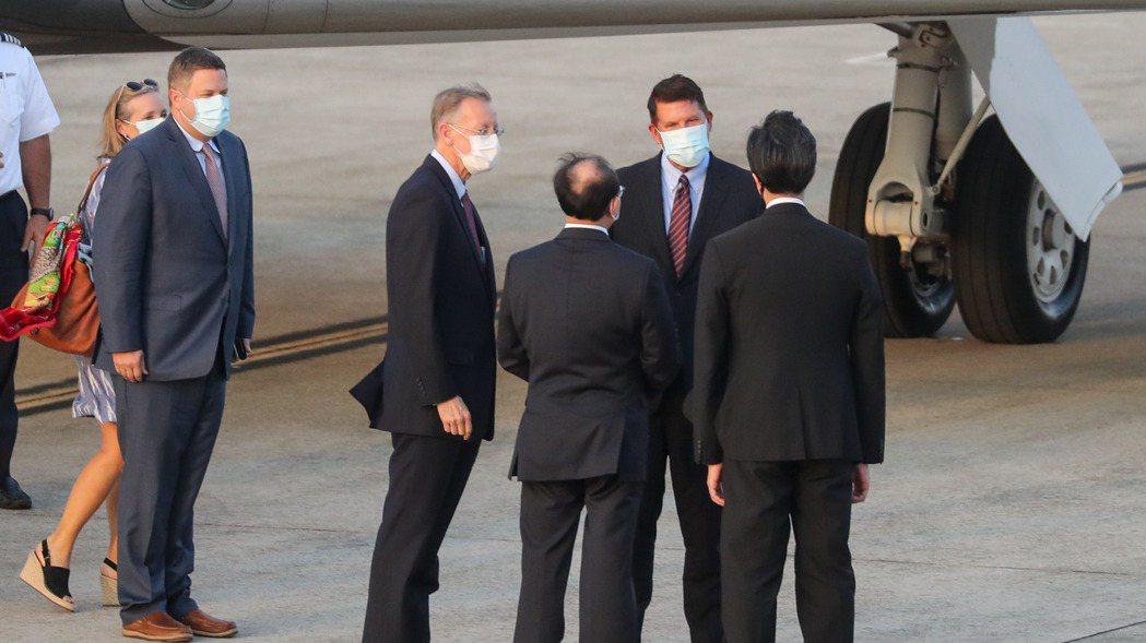 美國國務次卿克拉奇(右二)抵達台北松山機場,美國在台協會處長酈英傑( 右四)、外...
