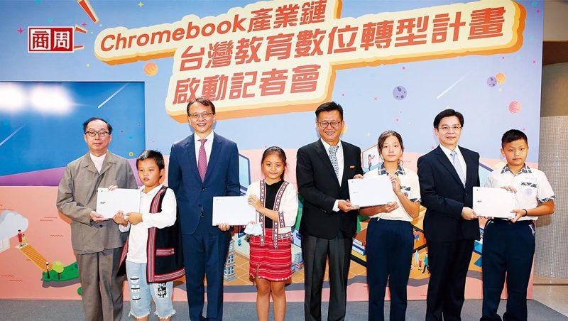宏碁陳俊聖(左3)透露,目前Chromebook已占所有筆電出貨量3成,且需求延續到明年。該公司今年前8月營收已逆勢年增11%。(攝影者.駱裕隆)