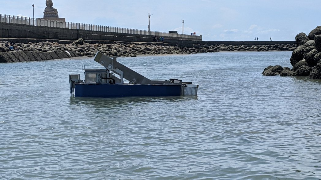 改良後的遙控式湛鬥機,在今年8月於桃園永安漁港下水測試。 圖/陳思穎提供