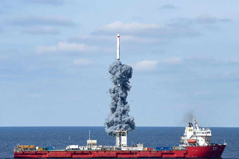 中國15日在黃海海域以長征11號海射型運載火箭,將「吉林一號」送入軌道。 圖/新華社