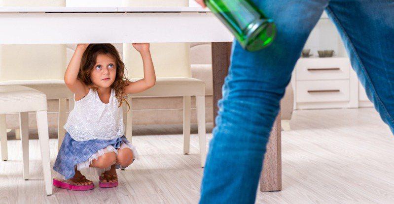 女網友說,因為從小父母實施嚴格的打罵教育,導致弟弟痛恨爸媽,長大幾乎和家人斷絕聯絡,讓姊姊覺得寒心。圖為示意圖。 圖片來源/ingimage