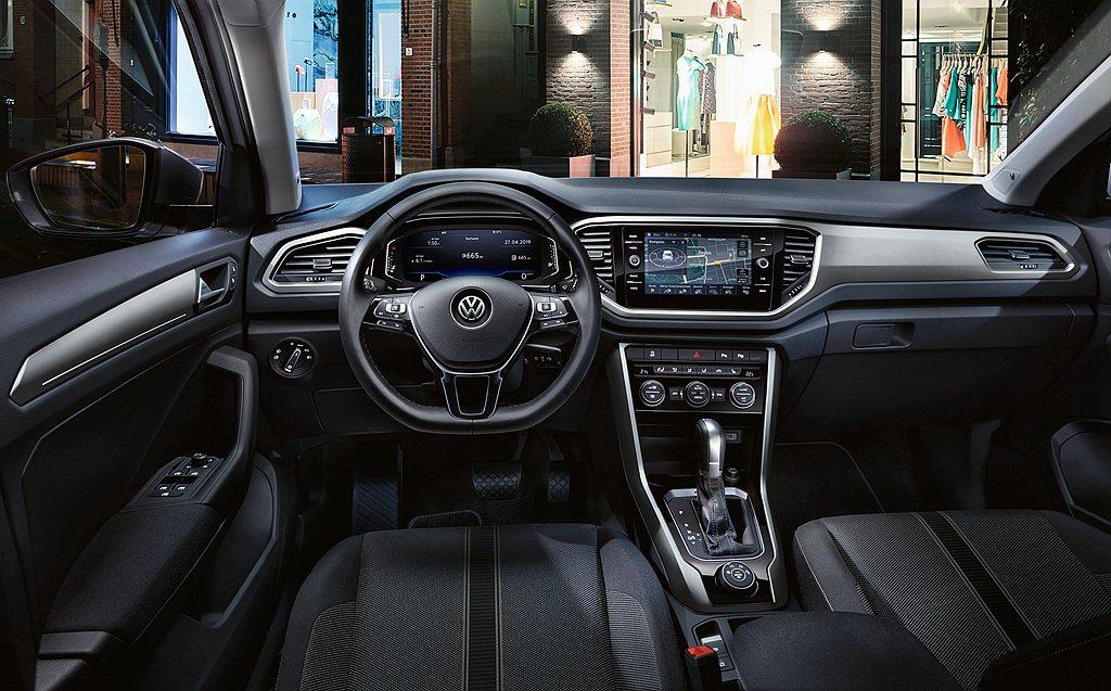 內裝方面福斯T-Roc具備駕駛導向的運動化座艙設計,以10.25吋全邏輯數位化儀...