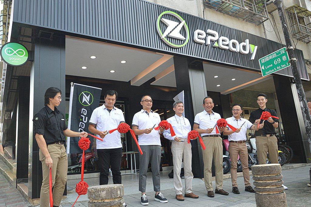 eReady台北大安店隆重開幕,品牌首款智慧雙輪與全台灣經銷商夥伴火力全開,一同...