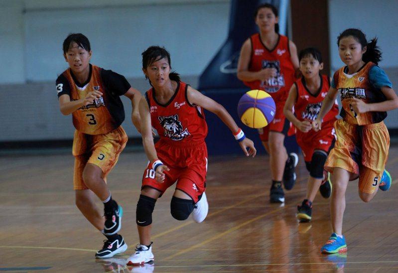 台南永康國小(紅)與台北三興國小交流比賽。 新聞盃大會提供