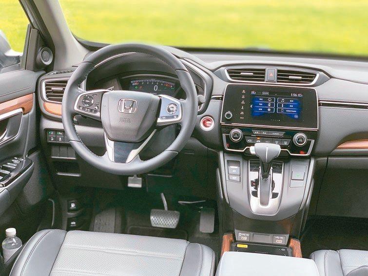 全新改款CR-V導入許多實用裝備,讓駕駛艙更富科技質感。 圖/陳志光
