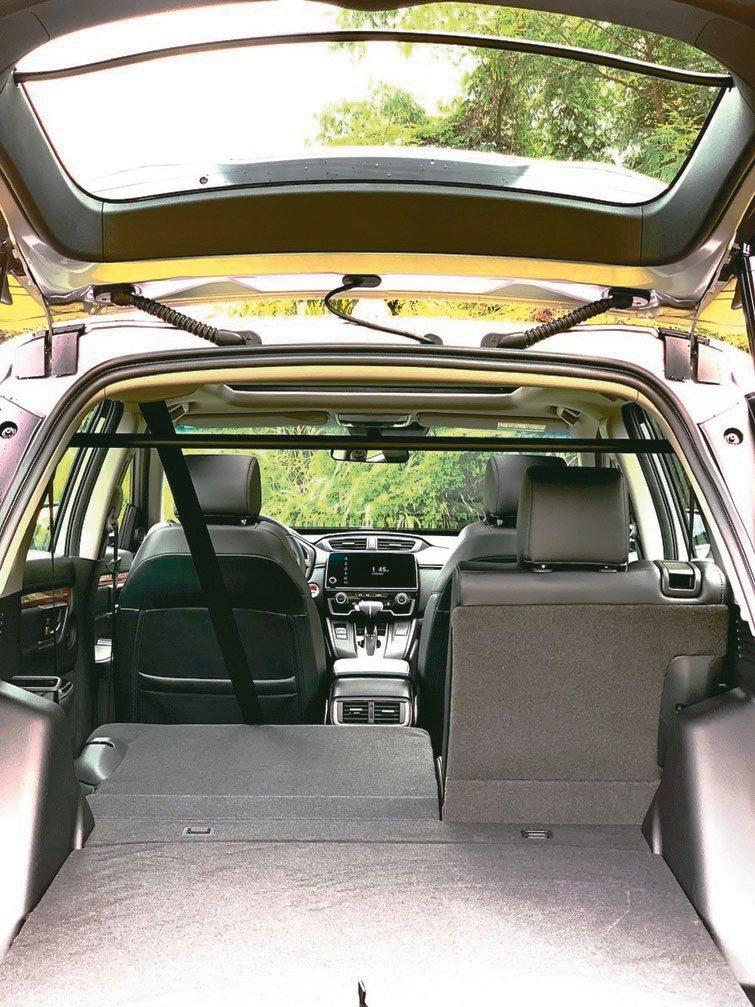 改款CR-V的空間機能性一流,座椅可依需要彈性調整,並提供感應式電動尾門、智慧型...