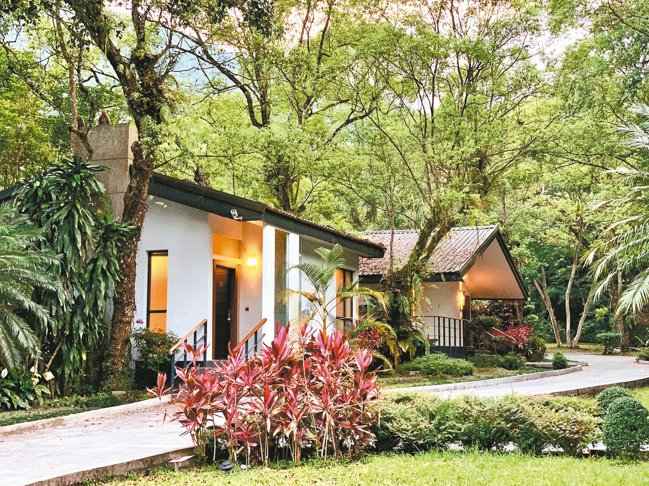 Villa匠心座落於林間深處,花蓮蝴蝶谷度假村讓室內與戶外的自然森林空間相呼應。...