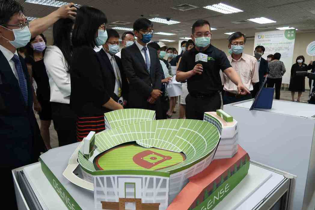 2020台灣創新技術博覽會展前記者會上,光禾感知公司展示智慧球場解決方案。 李炎...