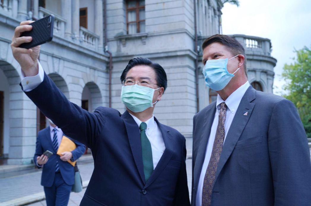 吳釗燮(左)邀請克拉奇一同在台北賓館後陽台自拍。圖/外交部提供