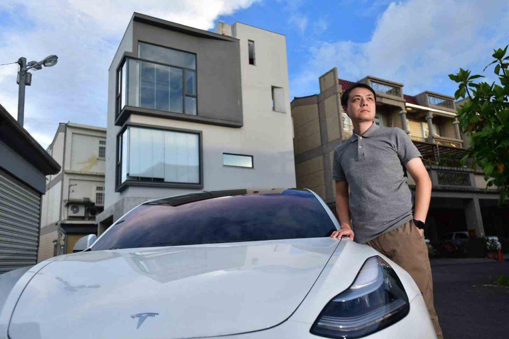 在宜蘭冬山購地自建的簡正台,蓋屋同時換車,早就設置好充電樁。圖片來源:劉國泰攝