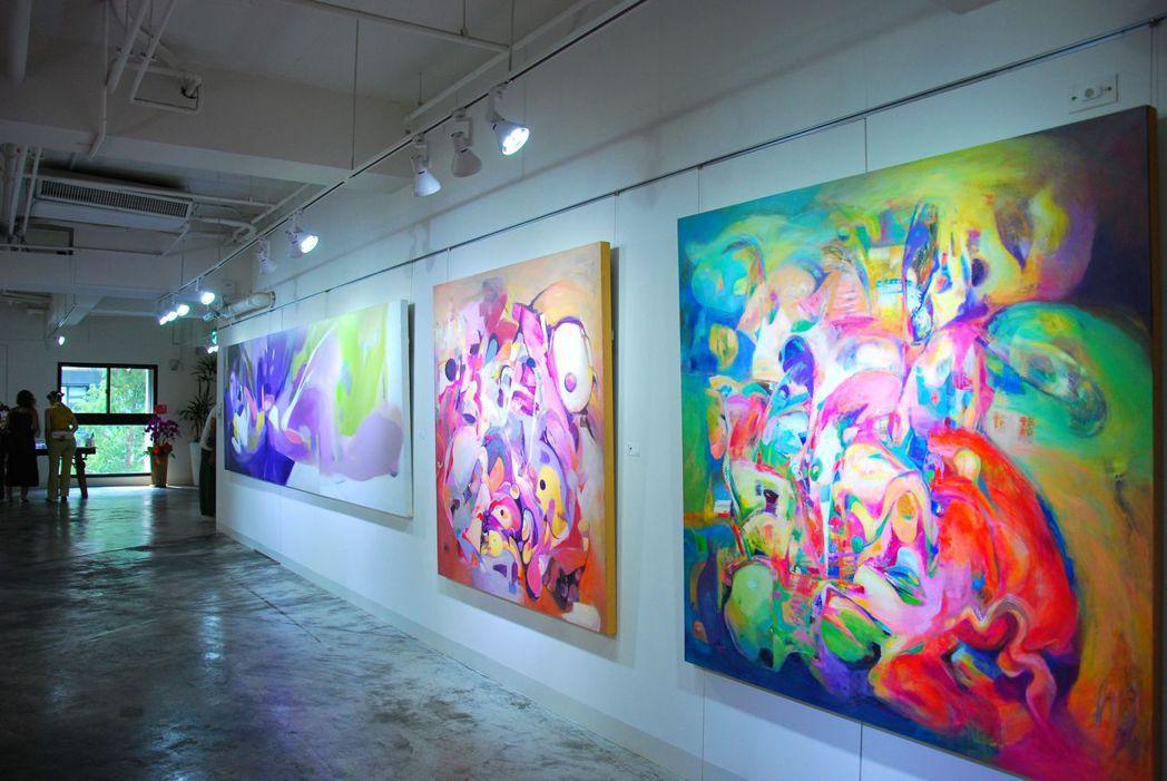 蕭雯心、吳筱瑩兩位藝術家數十幅心象風景的抽象創作。 楊鎮州/攝影