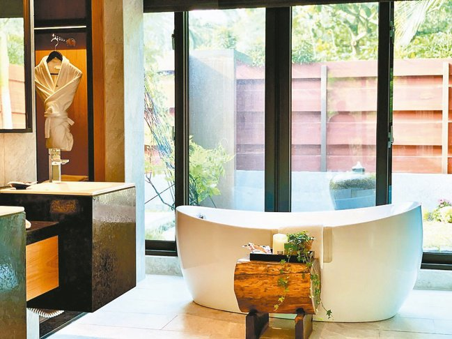 設計舖陳、建材用料毫不馬虎。品味極致的浴缸,來自瑞典名牌LAVFEN。 圖/陳志...