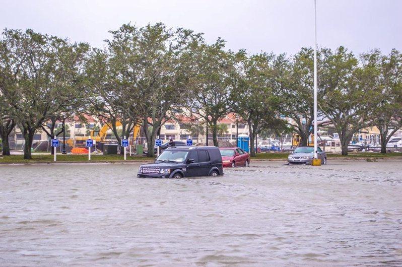 佛州的潘沙科拉風災淹水,車子被淹了一半。(路透)
