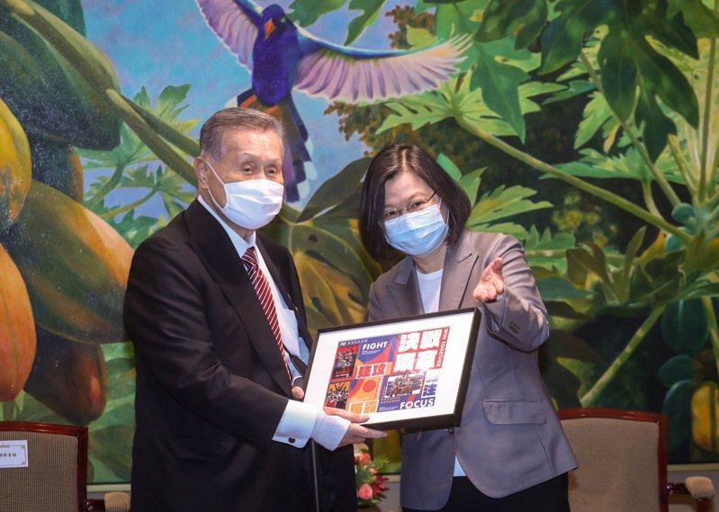 前日本首相森喜朗(左)18日率團搭機訪台,總統蔡英文(右)傍晚在總統府接見森喜朗一行,並贈送東京奧運限量悠遊卡給森喜朗。圖/中央社