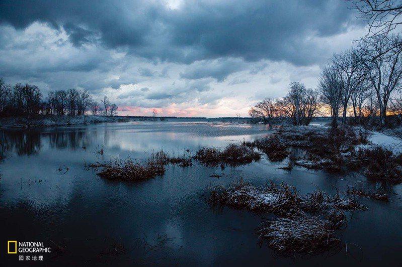 2020年1月8日伊利湖/隆冬1月的某一天,伊利湖普雷斯克島州立公園無冰的水面延伸至遠方,正是大湖區冬季日益變暖的證明。 攝影: 艾米. 薩卡 AMY SACKA