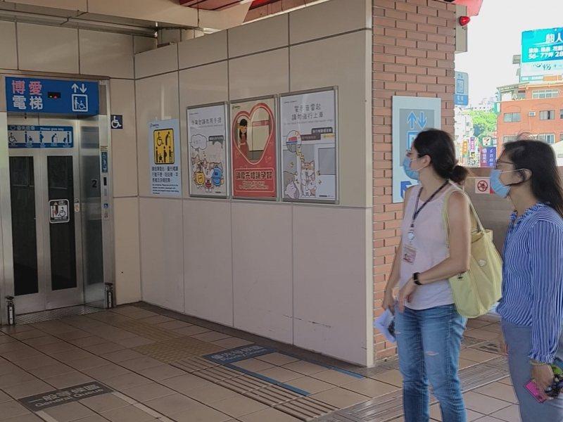 捷運淡水站只有一部升降電梯,相當不方便,新北市議員鄭宇恩希望找到適合位置增設電梯。 圖/紅樹林有線電視提供