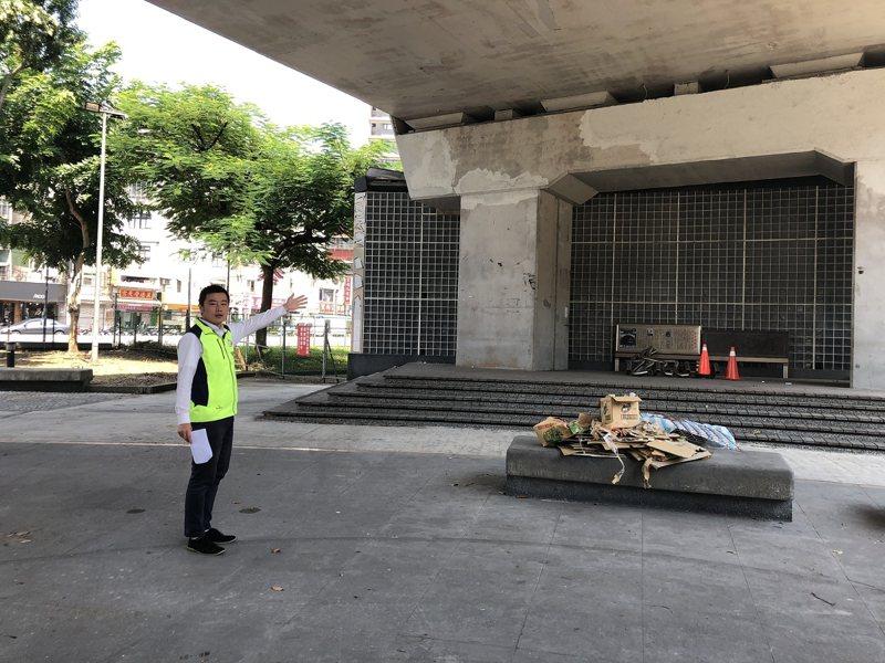汐止火車站小廣場已經封閉,新北市議員員張錦豪也爭取增設共融式遊具,並且融入在地特色。 圖/觀天下有線電視提供