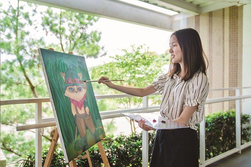 王曦褕課餘時間用繪畫和閱讀調劑身心,也喜歡電玩。(攝影/楊佳穎)