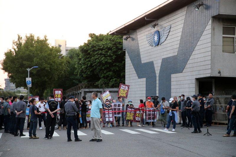 美國國務院次卿克拉奇昨訪台,多位藍委與民眾在松山空軍基地大門口,表達反對萊克多巴胺美豬的立場,因克拉奇車隊從另一出口離開,雙方未交鋒。記者胡經周/攝影