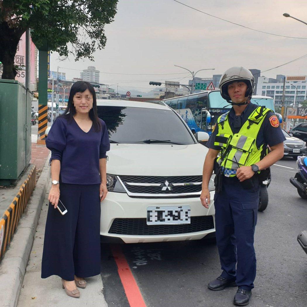 汽車疑變速箱故障困車陣,土城熱心交警與民眾合力推車協助脫困。圖/警方提供