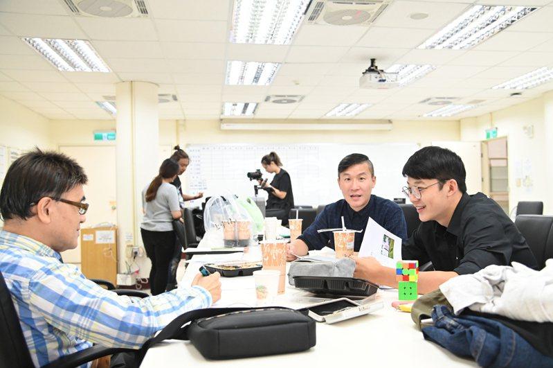 清華大學為拾穗生安排二軌導師,關懷學生學習狀況及生活適應情形。圖/清華大學提供