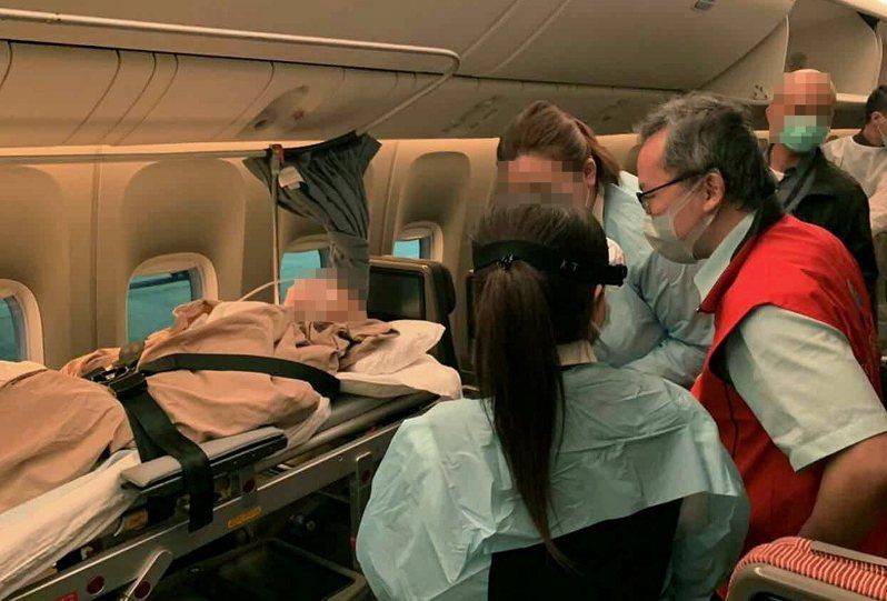 聯新國際醫院攜手上海禾新醫院境外醫療暨緊急轉運中心,於疫情期間,提供兩岸醫療轉運護送服務。圖/聯新國際醫院提供