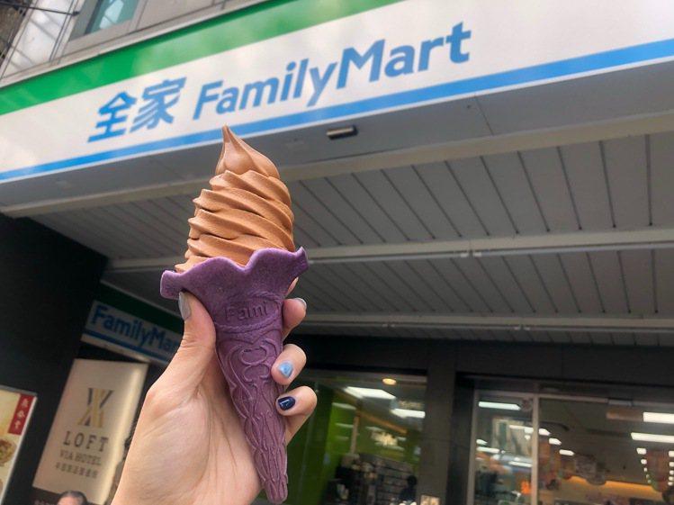 全家便利商店9月20日起推出與珍煮丹聯名的「泰泰厚奶霜淇淋」,以紫色餅皮搭配橘色...