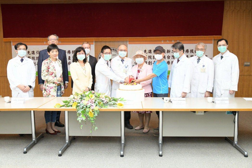台大醫院腦出血團隊今發表最新的臨床治療成果,運用微創手術治療腦出血患者,死亡率可...