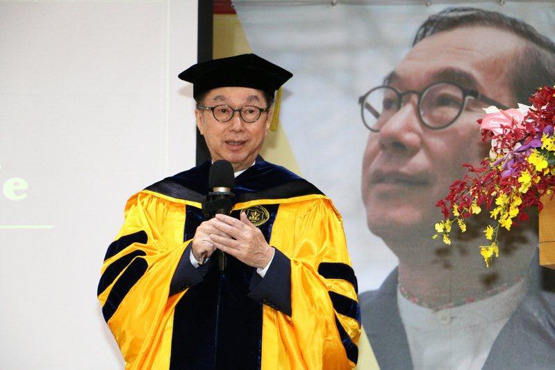 台北醫學大學頒授名譽博士學位給廣達集團董事長林百里,林以「電腦、醫學與我」為題發表專題演講。圖/台北醫學大學提供