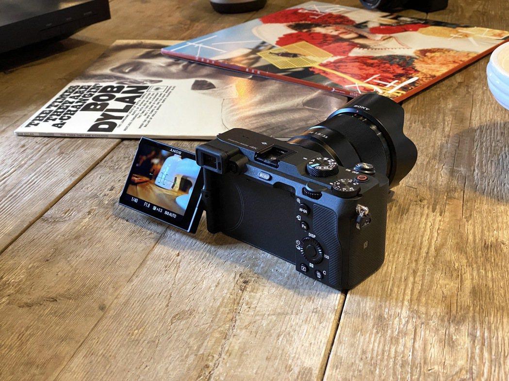 Sony α7C 擁有側翻式多角度觸控螢幕,可多元取景構圖,提供更全方位的拍攝體...