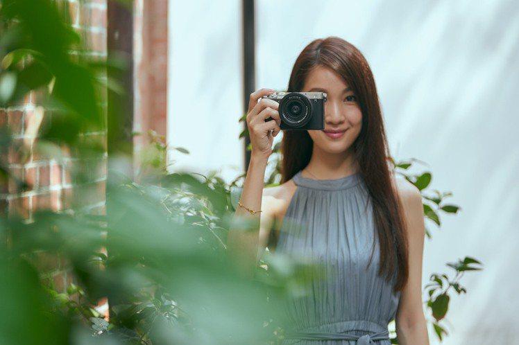 Sony α7C重量僅約509克,為全球最輕巧的全片幅可交換鏡頭式數位相機。圖/...