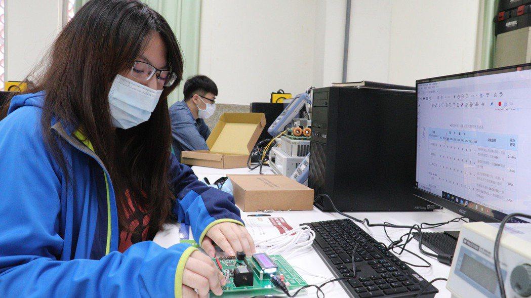 產業新尖兵學員林姵如參加電力電子課程,幫助她找到就業方向。圖/雲嘉南分署提供