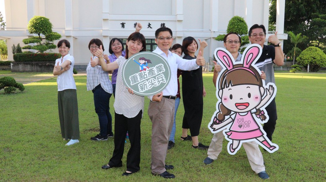 雲嘉南分署長劉邦棟(前右)邀青年參加產業新尖兵課程。圖/雲嘉南分署提供