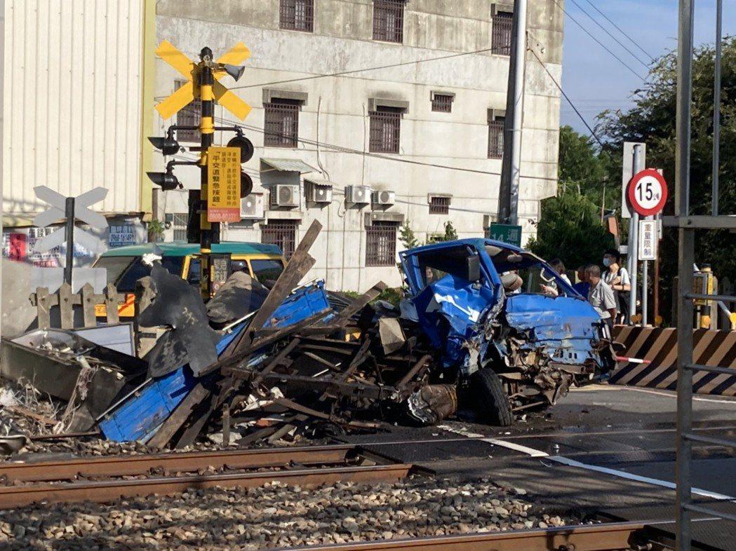 海線鐵路通霄鎮通灣里南平交道上午7點多,發生小貨車穿越平交遭列車撞毀的意外,小貨...