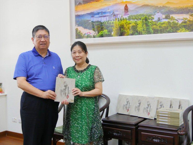 縣長楊文科將北埔事件研究一書贈與已故校長之女楊毓雯(右)。圖/縣府提供