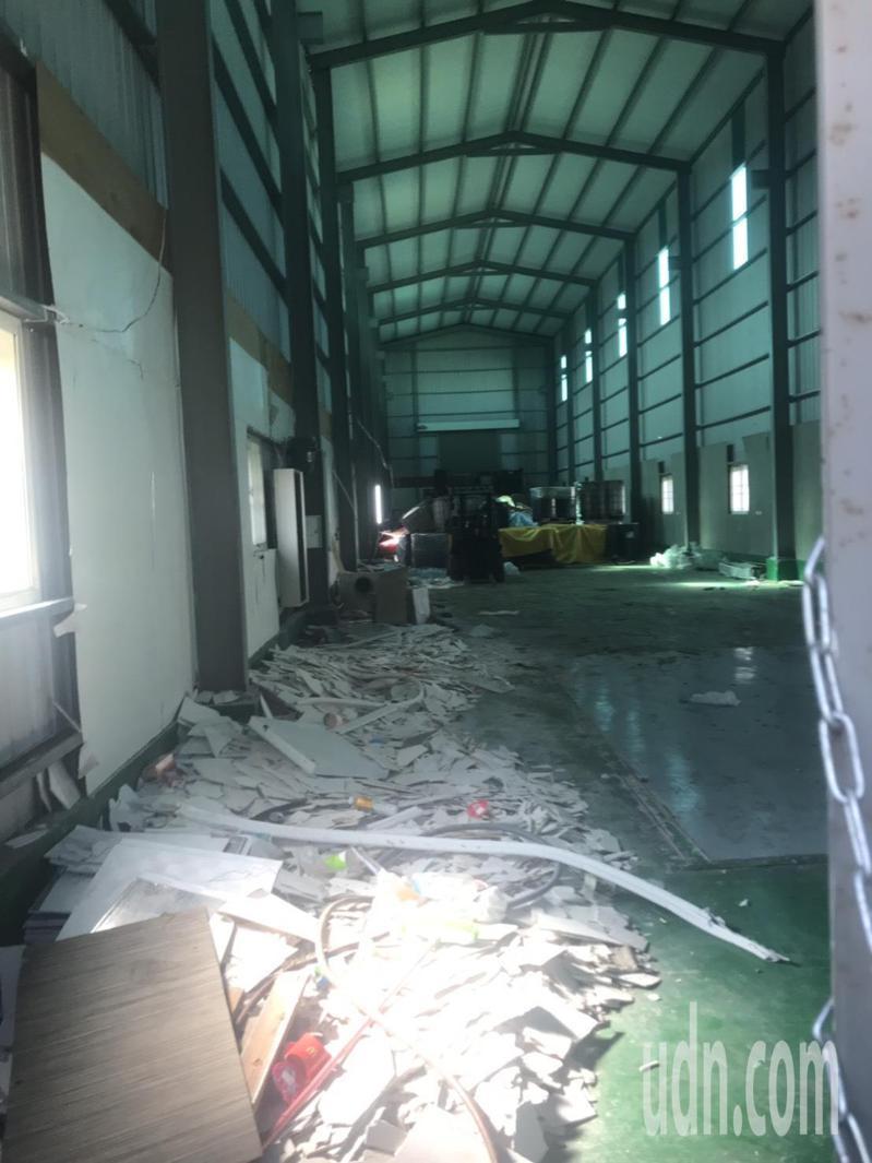 高雄鳥松區中正路一家出租廠房囤積的化學原料釋出惡臭,民眾紛陳情。記者徐白櫻/攝影