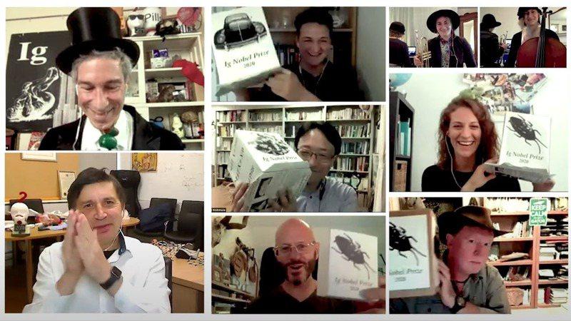 2020年搞笑諾貝爾獎(Ig Nobel Prize)17日採線上方式登場,獲獎團對舉起他的摺紙獎座。畫面翻攝:YouTube/Improbable Research