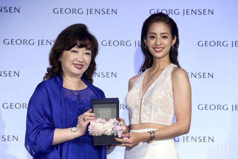 時尚女星莫允雯(右)出席Georg Jensen Fusion記者會,董事總經理張正勳贈送禮物。記者林俊良/攝影