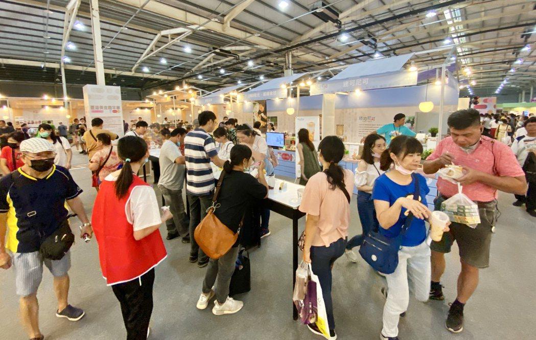 台灣美食嘉年華讓民眾從早餐到晚餐,不用環島也能吃到全台美食。記者宋健生/攝影