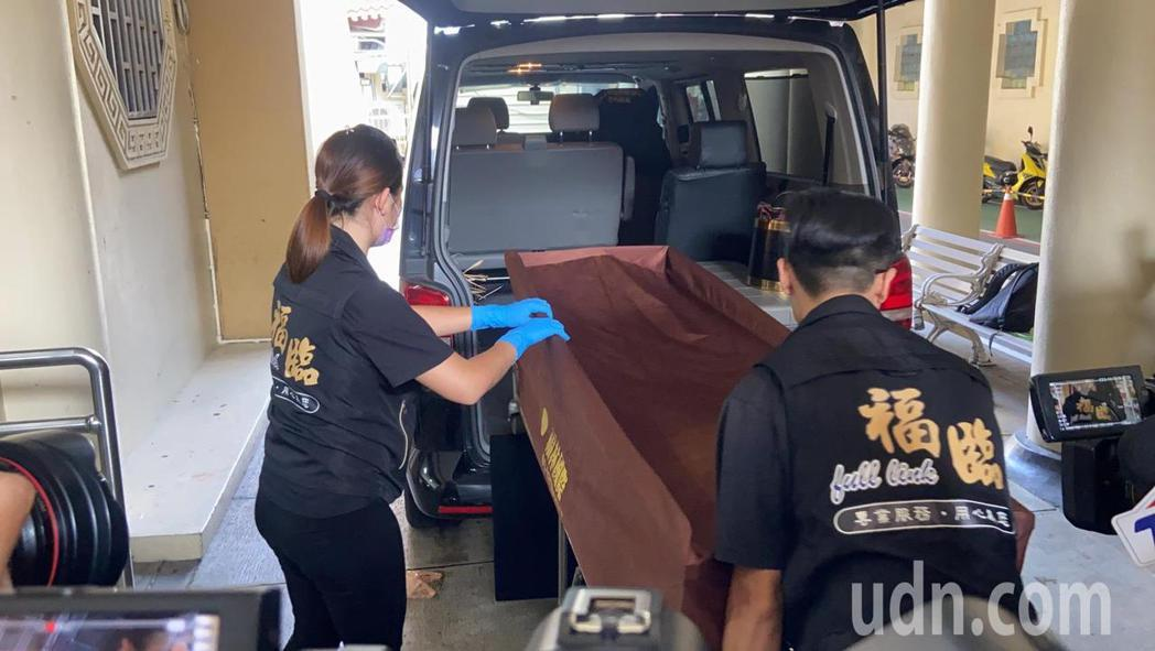 小鬼黃鴻升猝逝今下午解剖,大體抵達板橋殯儀館。記者柯毓庭/攝影