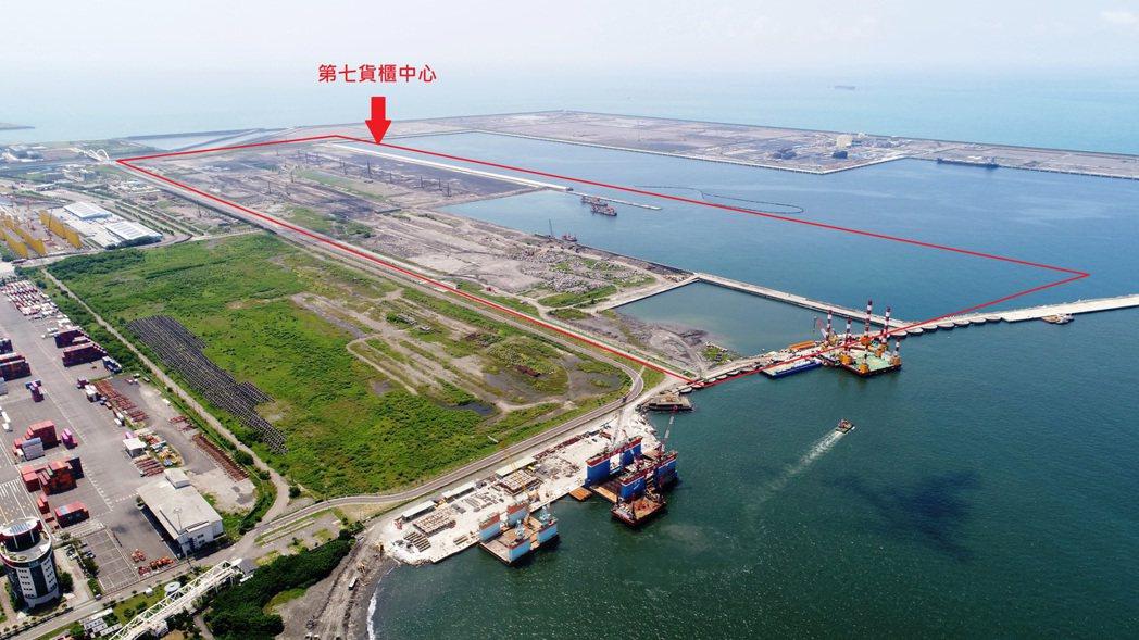 高雄港啟動第七貨櫃中心第二期碼頭新生地填築 。港務公司提供