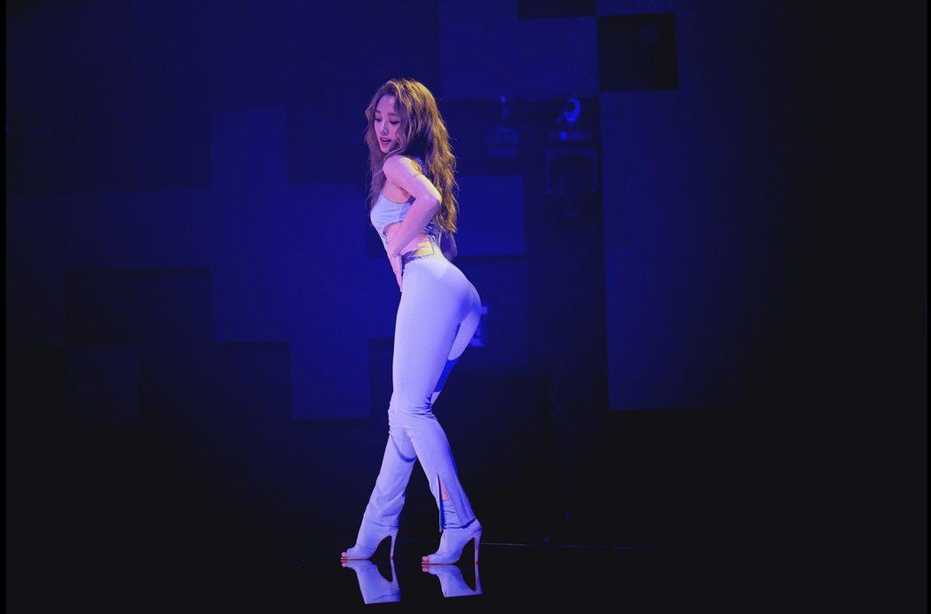 鬼鬼在新歌「一個人跳舞」MV,展現性感舞姿與肢體。圖/愛貝克思提供