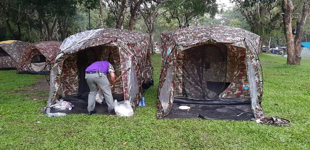 泰國臉書用戶在露營粉團貼照片,指有遊客沒公德心,把垃圾留在帳篷就走人。畫面翻攝:...