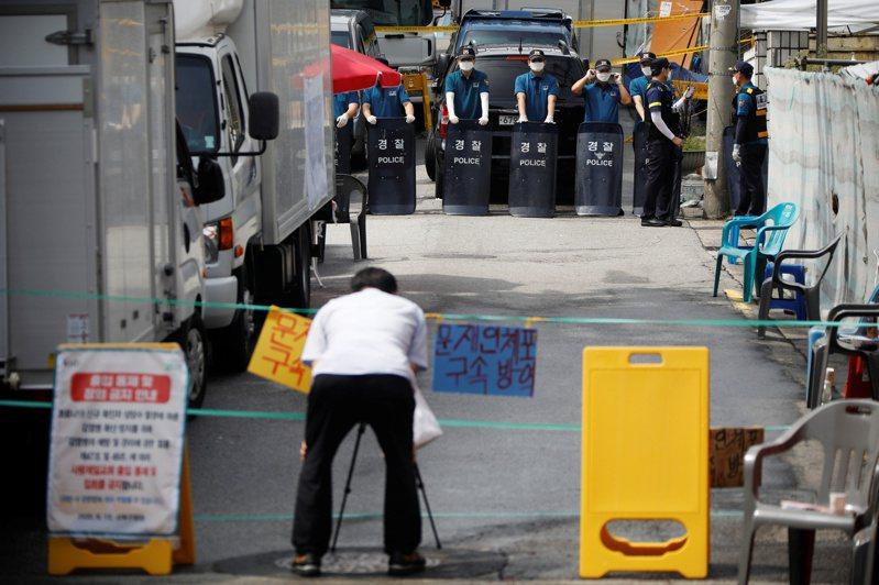 首爾市政府18日正式控告愛第一教會妨礙疫調,圖為首爾警方日前在首爾愛第一教會外設下封鎖線禁止人員進出畫面。路透