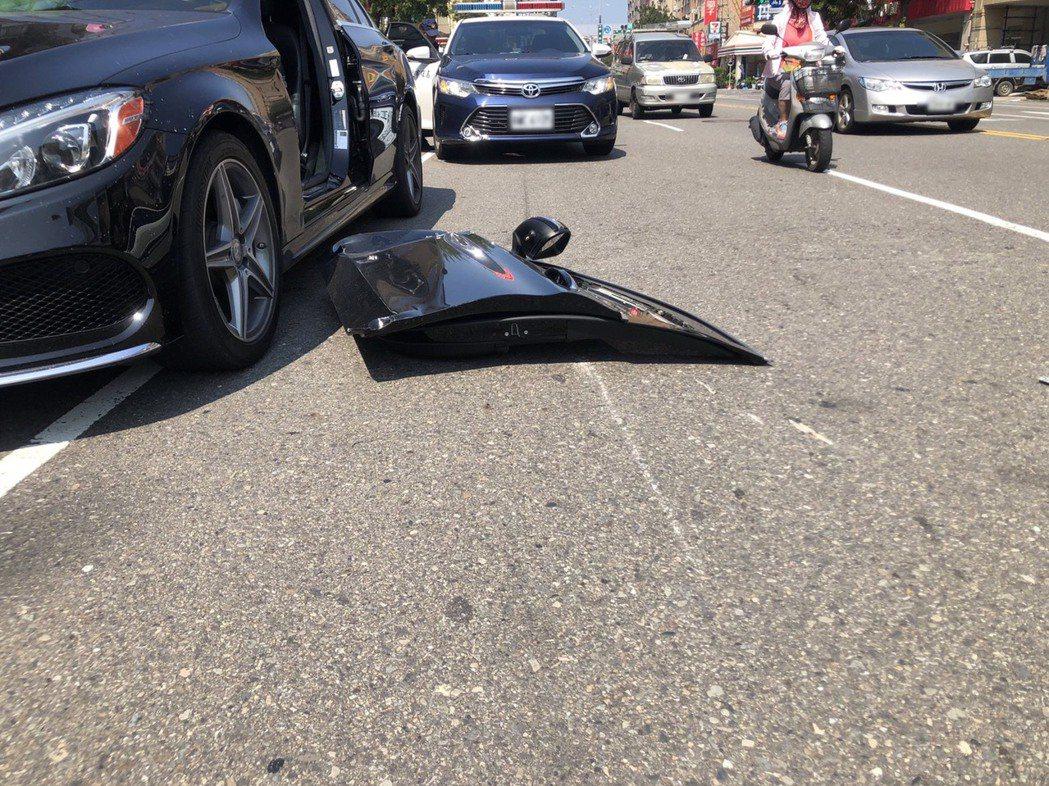 高雄市前天下午,1輛賓士轎車違規併排在華夏路快、慢車道間,男駕駛猛然開車門,狠狠...