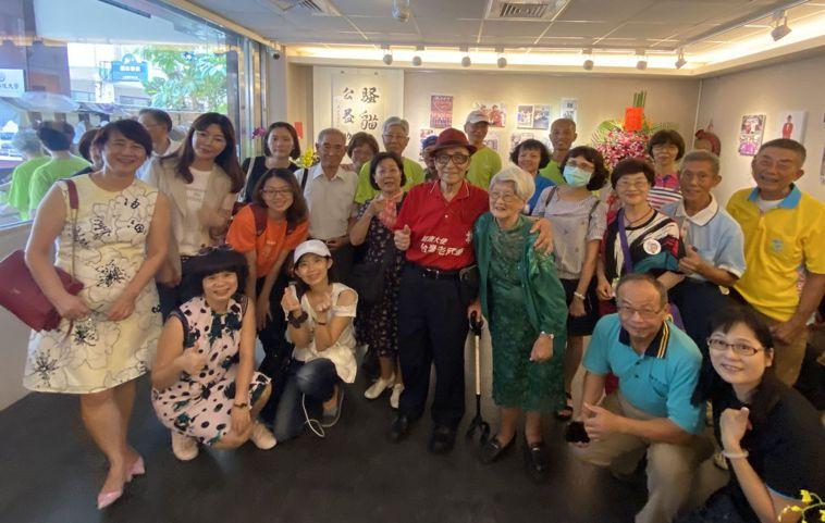 亞洲動物福利協會在騷貓藝廊舉辦「世紀頑童人生故事」展,為「老頑童」林友茂(穿著紅...